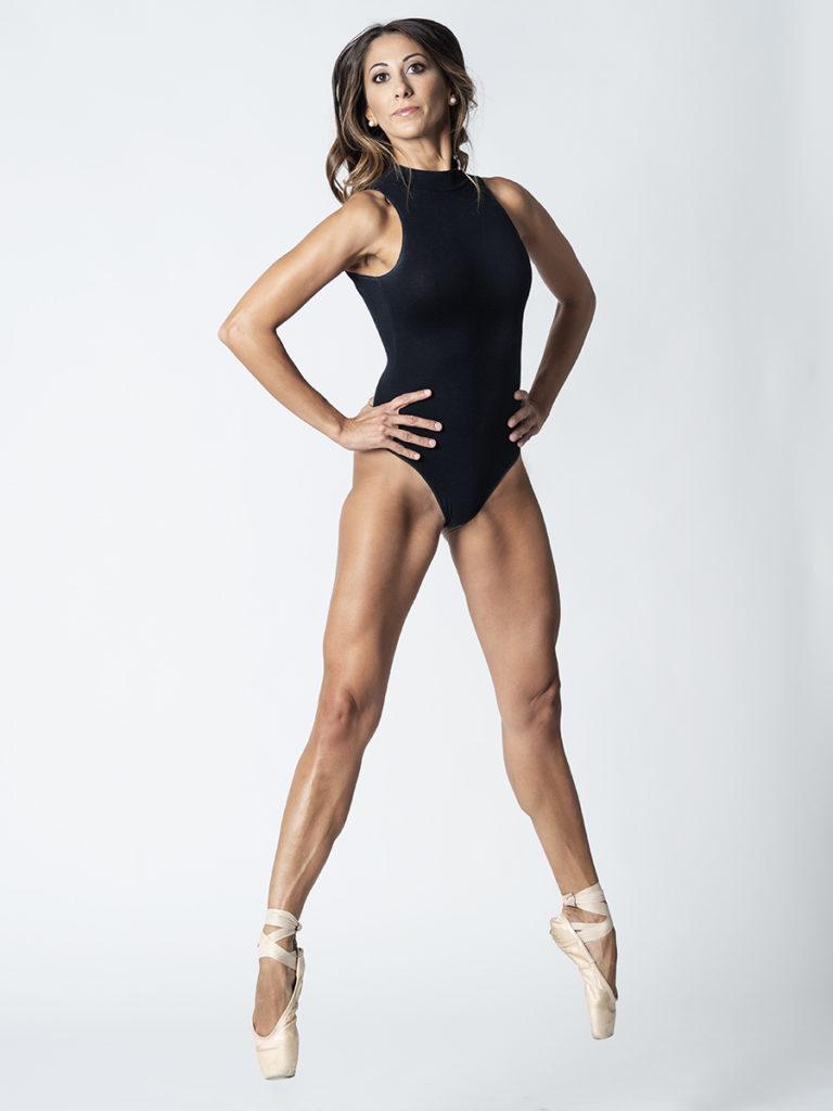 Ballerina che salta in sala di posa