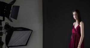 Modella Silvia carta in sala di posa